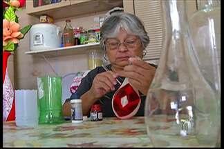 Artesãs de Guararema reaproveitam materiais com ideias criativas - Latas, garrafas PET e madeiras são os produtos reutilizados.