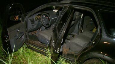 Carro usado para assaltar contrabandistas é recuperado em Foz - A Polícia Militar recebeu a informação de que suspeitos estavam num carro escuro fazendo abordagens na área rural.