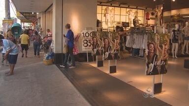 Expediente extra no centro comercial será feito a partir da segunda quinzena de dezembro - Já tinha virado uma tradição as lojas do comércio ficarem abertas até mais tarde durante todo o mês de dezembro aqui em Macapá. Mas este ano tem sido diferente. Os comerciantes dizem que só vão fazer expediente extra a partir da segunda quinzena.