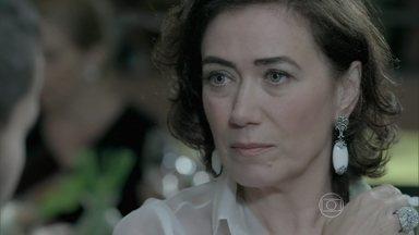 Maria Marta promete pensar na proposta de Maurílio - O rapaz não se intimida com ameaça de Zé Alfredo e enfrenta o rival