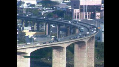 Dia começa com trânsito tranquilo na Terceira Ponte, em Vitória - Fluxo de veículos tranquilo nos dois sentidos. Já na segunda ponte, o trânsito ficou intenso.