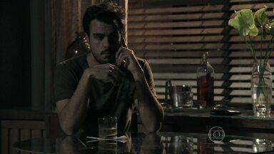 Enrico planeja avisar a imprensa sobre visita da fiscalização ao Vicente - Filho de Cláudio e Beatriz liga para Felipe para se certificar de que seu plano está correndo bem