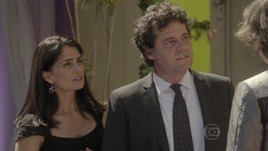 Delma interrompe conversa entre Marcelo e Pedro - Revoltado com a traição do pai, o guitarrista pensa ir embora da festa