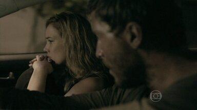 Amanda se desespera com estado de Leonardo - Patricinha percebe que o rapaz está doente