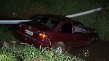 Carro com três pessoas cai dentro de córrego em Itapetininga - Um carro com três pessoas dentro, entre elas uma criança de dois anos, caiu em um córrego em Itapetininga. Foi ontem à noite e chovia na hora do acidente.