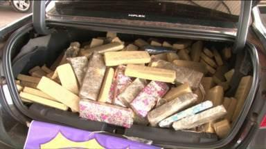 Em Porto Camargo, polícia apreende carro lotado de maconha - Dentro do carro os policiais também encontraram uma arma, munição e um pouco de haxixe.