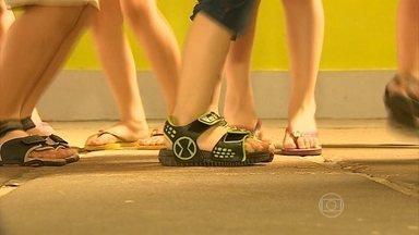 Sapatos infantis não podem interferir no desenvolvimento dos pés - A matéria-prima precisa ser macia e resistente. Os modelos devem ser flexíveis e não podem apertar. O calçado precisa ser testado em todas as idades.