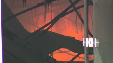 Supermercado é destruído em incêndio em Maringá - O fogo começou assim que o supermercado abriu hoje cedo