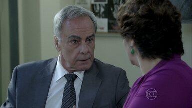 Beatriz comenta com Merival que Claudio já tem um suspeito de ter sabotado o restaurante - Vicente fica nervoso com a situação
