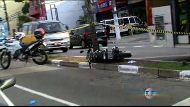 Dois homens morrem em tiroteio com a polícia na zona sul de São Paulo - Segundo a polícia, dois homens numa moto roubada, atiraram e a os agentes revidaram. Houve perseguição por alguns bairros da zona sul. A avenida Nossa Senhora do Sabará está interditada para a perícia.