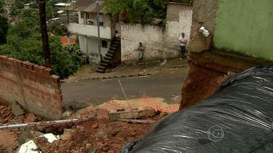 Após desabamento de muro, Defesa Civil interdita casas em Sabará - Carro ficou destruído depois do desmoronamento da estrutura.