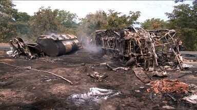 Sete pessoas morrem e três ficam feridas em um grave acidente no Piauí - As imagens feitas minutos depois do acidente mostram o caminhão e o ônibus em chamas na BR-316, a 50 quilômetros de Teresina. Sete pessoas morreram no local. Cinco estavam no ônibus que seguia de Goiânia para Teresina.