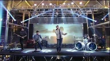 Musical de abertura com Malta - Banda ganhadora do Superstar se apresenta no palco do programa