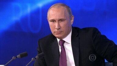"""União Europeia aprova novas punições à Rússia e proíbe investimentos na Crimeia - Vladimir Putin pôs a culpa em """"forças externas"""" pelas dificuldades econômicas. Valor do rublo tem despencado nos últimos dias, junto com o preço do petróleo."""