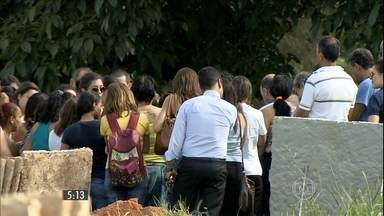 Menina esquecida no carro é enterrada em Belo Horizonte (MG) - A polícia ainda apura as circunstâncias da morte de Clarice. A mãe a esqueceu no carro e quando se deu conta, encontrou a menina morta.