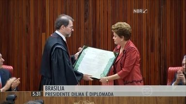 Dilma Rousseff e Michel Temer recebem diploma para tomar posse do 2º mandato - A presidente Dilma Rousseff e o vice Michel Temer receberam o diploma para tomar posse do segundo mandato, no dia 1º de janeiro.