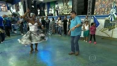 Roqueiro mostra samba no pé em ensaio da escola Unidos de Vila Maria - Marina e Hélio são amigos de trabalho de longa data. Ele aceitou o desafio da porta-bandeira da escola.