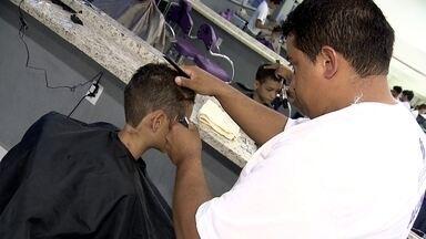 Curso de especialização forma dez mil profissionais em oito meses em Ceilândia - Segundo o IBGE, o homem é vaidoso e gasta R$ 80 milhões por ano com beleza. de olho nesta fatia do mercado, muita gente tem pensado em mudar de área e investir numa profissão antiga: a de barbeiro.