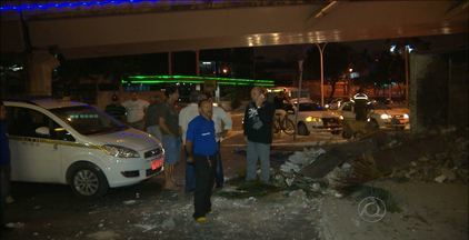 Caminhão de lixo tomba debaixo de viaduto no Centro de Campina Grande - Segundo o motorista do veículo, a causa do acidente pode ter sido uma falha mecânica.
