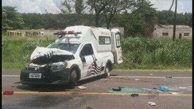 Ambulância capota na região de São José do Rio Preto, SP - Veículo havia saído do Hospital de Câncer de Barretos. Os três ocupantes sofreram ferimentos leves.