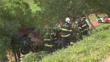 Acidente deixa carro entre árvore e barranco na zona norte de Ribeirão - Motorista teve a perna quebrada e foi socorrido em estado grave ao hospital.