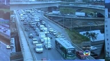 Mais de 2 milhões de veículos são esperados no sistema Anhanguera-Bandeirantes no Natal - O movimento já é intenso nas estradas nesta última sexta-feira antes do Natal. Mais de dois milhões de veículos são esperados no sistema Anhanguera-Bandeirantes.