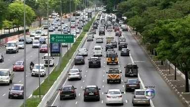 Corredor de ônibus reduz tempo de viagem de linhas que circulam na capital - Um levantamento da Prefeitura mostrou que usuários de ônibus ganharam mais de 40 minutos por dia com as faixas exclusivas. A velocidade do transporte também aumento uma média de 67,5% e passou de 12,1 km/h para 20,3 km/h.