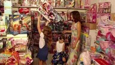 Pedagoga dá dicas para escolher presente de Natal para crianças - Pais devem escolher aqueles que ensinam ou os que só divertem? Veja opções nas lojas do Sul do Rio de Janeiro.