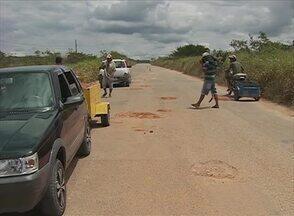 Buracos atrapalham motoristas na PE-123 - Rodovia liga o município de Cupira ao de Lagoa dos Gatos.