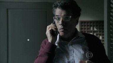 Téo recebe telefonema avisando sobre a morte do Comendador - Blogueiro se surpreende com a história de Cora