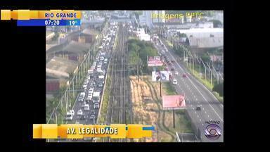 Trânsito: Avenida da Legalidade tem congestionamento por carro estragado - Avenida Farrapos é alternativa na manhã de segunda-feira (22).
