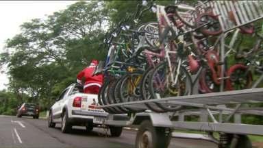 Papai Noel entrega bicicletas a estudantes de colégios públicos em Foz do Iguaçu - Quase quarenta bicicletas foram doadas.