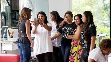 Mulheres que trabalham em salão de beleza decidem fazer regime coletivo - Vinte e cinco mulheres reunidas em um salão de beleza se juntaram para fazer um bolão. Elas querem perder mais peso para juntar mais dinheiro. Mas os médicos alertam que manter as medidas é ainda mais difícil do que perder peso.