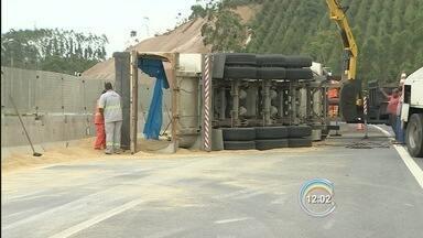 Caminhão tomba e interdita trecho da Tamoios por 4 horas em Paraibuna - Acidente aconteceu por volta das 5h30 na altura do km 27, no sentido Vale. Veículo transportava cevada e carga ficou espalhada na pista.