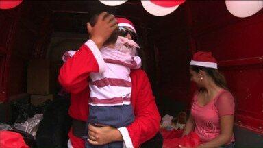 Papai Noel distribui brinquedos para crianças carentes de Matinhos - Essa iniciativa é de um grupo de amigos que faz isso a sete anos.