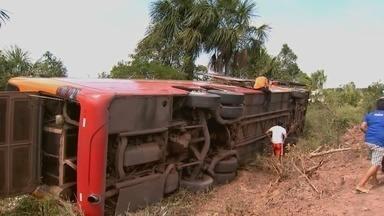 Mulher em acidente de trânsito com ônibus que seguia do AM para RR - Capotamento ocorreu nas proximidades da cidade de Rorainópolis.