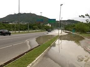 Casan controla vazamento de água em avenida de Florianópolis - Casan controla vazamento em avenida de Florianópolis
