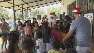 Papai Noel visita instituto 'Ler para Crescer' em Manaus - Instituição se dedica ao incentivo a leitura.