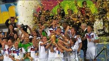 Copa do Mundo no Brasil empolga com jogos emocionantes e show das torcidas - Em 2014, o Brasil sediou o maior evento esportivo da sua história. Foram 32 países, mais de 700 jogadores e um milhão de estrangeiros. Durante 31 dias, o mundo olhou para nós, e gostou do que viu.