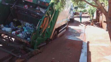 Caminhão de lixo fica preso em buraco no asfalto em Miguelópolis, SP - Acidente aconteceu no bairro João Crisóstomo.