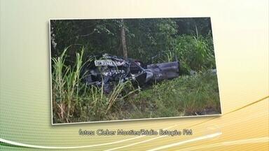 Acidente na serra gaúcha deixa cinco mortos - Entre os mortos estão três crianças. O carro bateu em um caminhão, e o impacto foi tão forte, que o veículo foi jogado para fora da pista. Ainda não se sabe as causas do acidente.