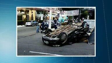 Dois carros colidem no Bairro de Fátima em Fortaleza - Um dos veículos capotou. Ninguém ficou ferido gravemente.