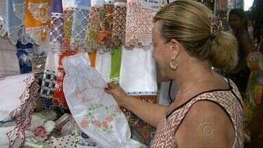 Aumento nas vendas anima artesãos de Maceió durante o Verão - Ocupação de 100% da rede hoteleira da capital faz com que as feirinhas de artesanato fiquem cheias de turistas. As lembrancinhas chamam a atenção dos visitantes, e a expectativa dos artesãos é faturar ainda mais nessa temporada.