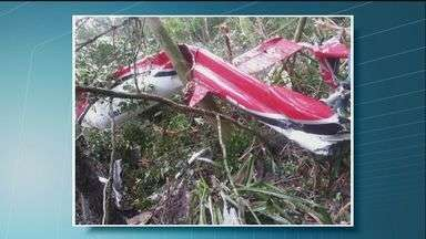 Helicóptero cai em Bertioga, SP, e mata pelo menos cinco pessoas - Acidente ocorreu na altura do Km 229 da Rodovia Rio-Santos.Pelo menos três adultos e duas crianças morreram durante a queda.