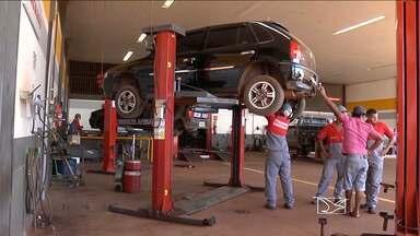 Motoristas de Balsas revisam carros para viagens - Na região de Balsas os motoristas revisam os seus automóveis antes de pegar as estradas.