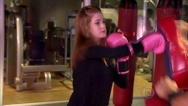De luvas rosas, Marina Ruy Barbosa luta kickboxing e conversa com Angélica - Atriz faz um balanço do ano de 2014 e assume que mudou muito
