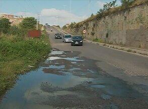 Esgoto tem incomodado moradores e motoristas no Bairro Agamenon, em Caruaru - Água suja, que desce por uma rua, vai parar na via local da BR-232.