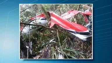 Queda de helicóptero mata cinco pessoas em Bertioga - O helicóptero decolou de um condomínio no Guarujá, no litoral paulista, e seguia para a capital, quando caiu numa área de mangue e explodiu. Entre as vítimas, estão um empresário, a mulher e a filha do casal.