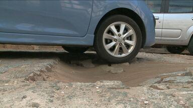 Motoristas enfrentam buracos e lixo em rua do Calhau em São Luís - Semosp diz que vai enviar equipe ao local