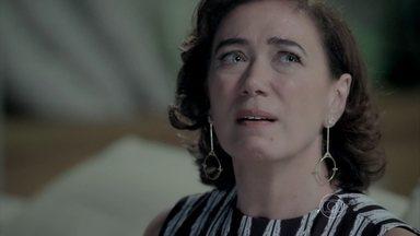 Marta fica atordoada com a revelação de Isis - Sozinha, a megera desabafa e diz sentir que o comendador ainda está entre eles